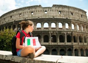 Девушка, сидящая перед древним амфитеатром