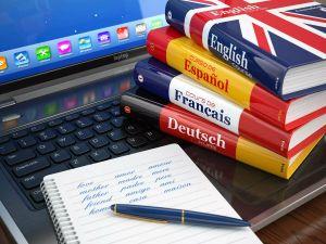 книги с тетрадью и ручкой на клавиатуре
