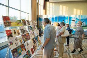 Посетители книжной выставки