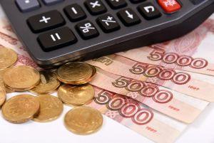 На столе разложены калькулятор, монеты и российские купюры