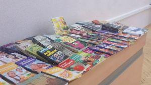 На широком столе разложены книги
