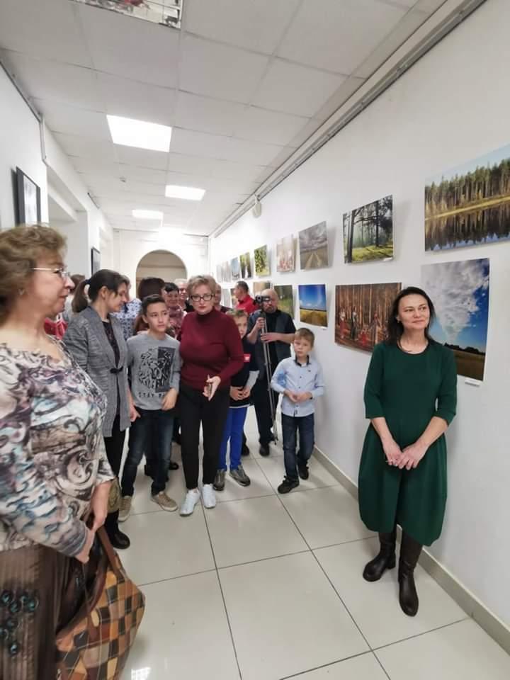 Эльвира Кондрашова ведет экскурсию по выставке