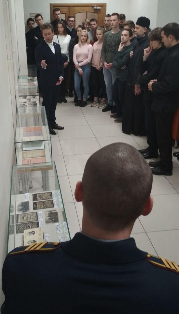 О. Пленкин проводит экскурсию по выставке
