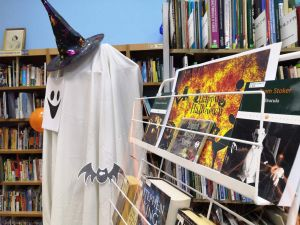 книжная выставка празднично декорированная
