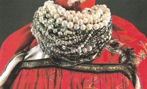 Женское украшение из бус