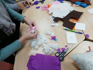 Участники студии создают брелки из фетра