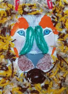 Изображение льва выполнено цветными нитями.