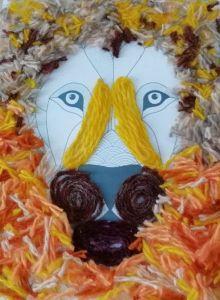 Изображение льва выполнено из цветных нитей.