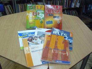 книги на иностранных языках на столе