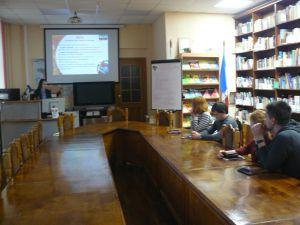 группа молодых людей на лекции
