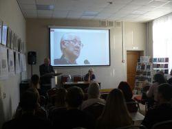 лектор и аудитория смотрят на экран