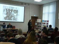 библиотекарь рассказывает о книгах на выставке