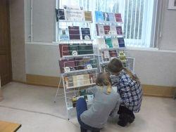 молодые люди смотрят книги на выставке