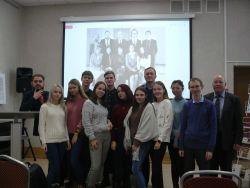 группа студентов спреподавателями