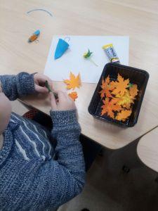 Участник студии создает осеннюю брошь из фоамирана.