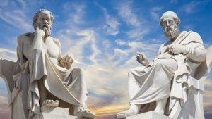 каменные фигуры философов