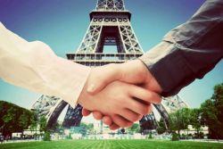 две руки напротив изображения эйфелевой башни