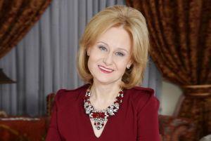 Фотография писательницы Дарьи Донцовой в красном платье