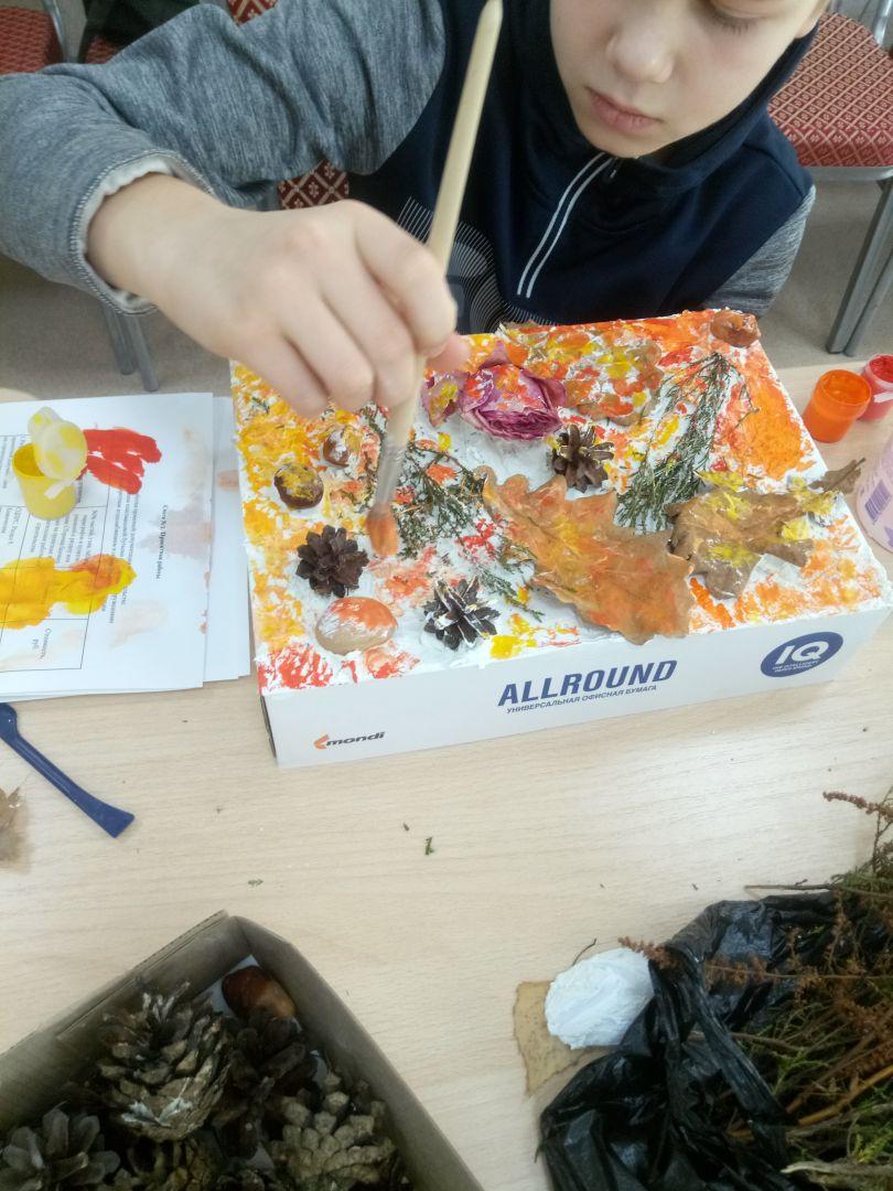 Участник студии создает терра-картину.