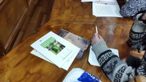 Перед слушателем на столе лежат рабочий тетради и ручки