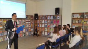 Лектор читает лекцию студентам.