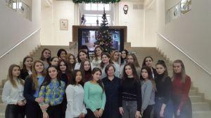 Группа студентов в холле библиотеки.