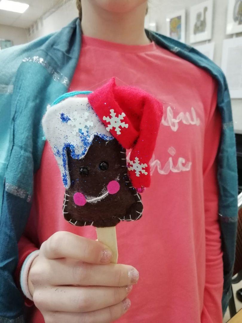 """Участница студии держит в руках ёлочную игрушку """"Мороженка"""""""