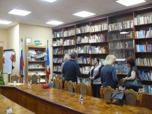 люди стоят у полок с книгами
