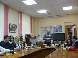 лектор выступает перед гостями