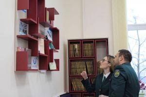 Представители Молодежный совет Владимирской таможни знакомятся с выставкой