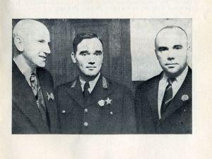 А. А. Микулин (слева) с выдающимися авиаконструкторами А. С. Яковлевым и Н. Н. Поликарповым. 1938 год