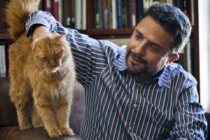 Александр Архангельский со своим рыжим котом