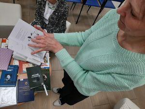 Женщина держит книгу
