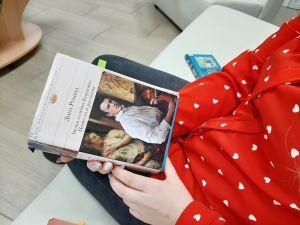 Девушка читает книгу Рубиной Д.