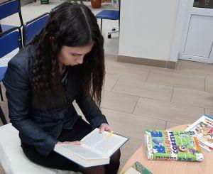 "Девушка читает книгу И.Бунина ""Жизнь Арсеньева"""