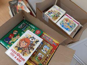 Детские книги в коробках