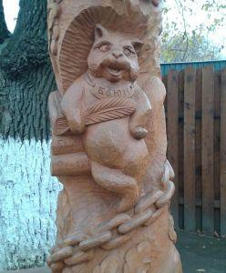 Деревянная скульптура кота Баюна во Владимире