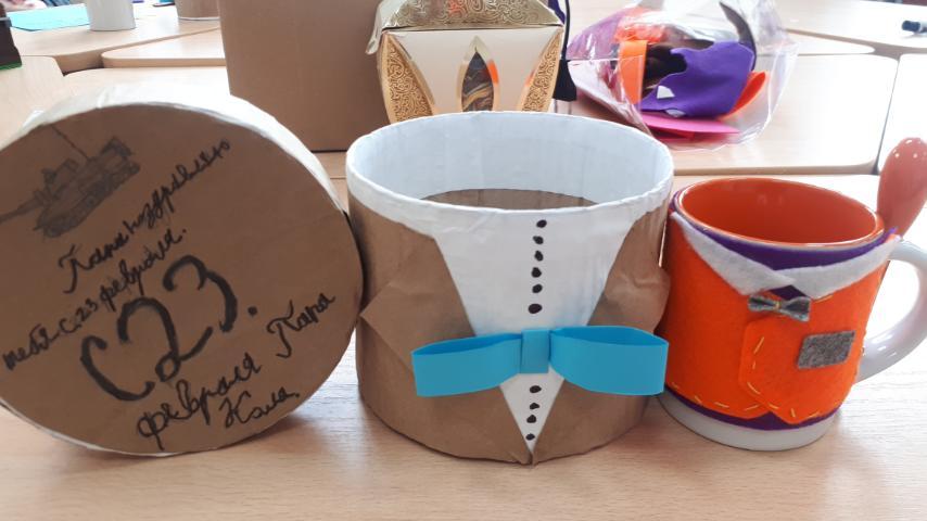 Подарочный набор: круглая подарочная коробка ввиде мужского костюма и яркий голубой бантик, керамическая кружка в ярком фетровом костюмчике.