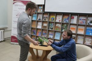 Молодой читатель берет автограф автора.