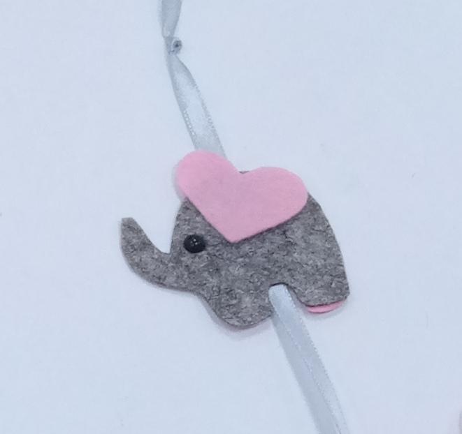 Книжная закладка ввиде слоника. Ухо у слоника ввиде розового сердечка.