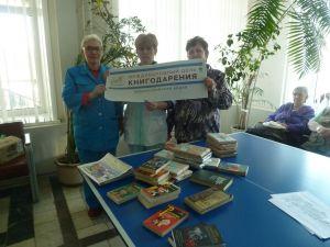 Сотрудники библиотеки дарят книги отдыхающим в Областном госпитале ветеранов войн
