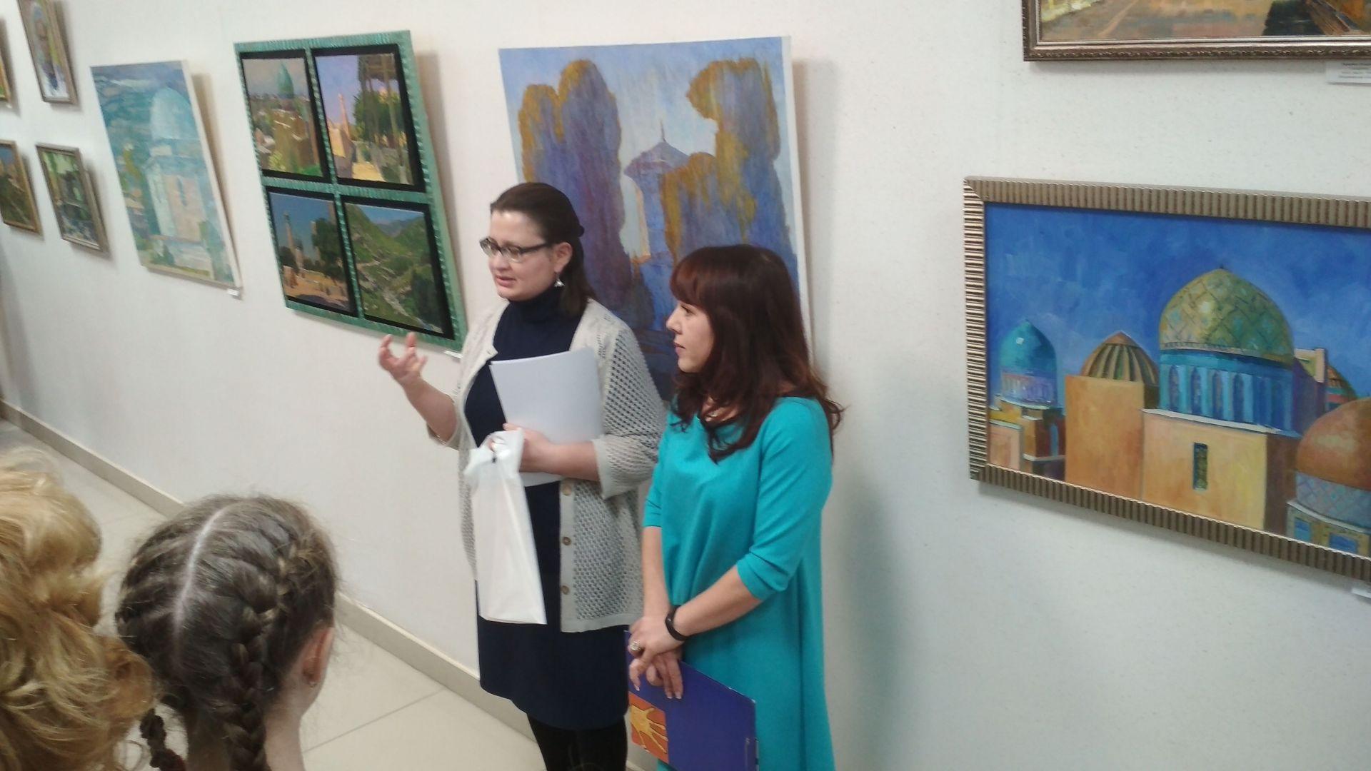 Елена Липатова приветствует гостей выставки в стенах библиотеки