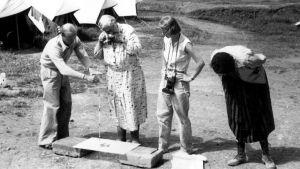 Фотография А. Кристи, фотографирующей археологические находки