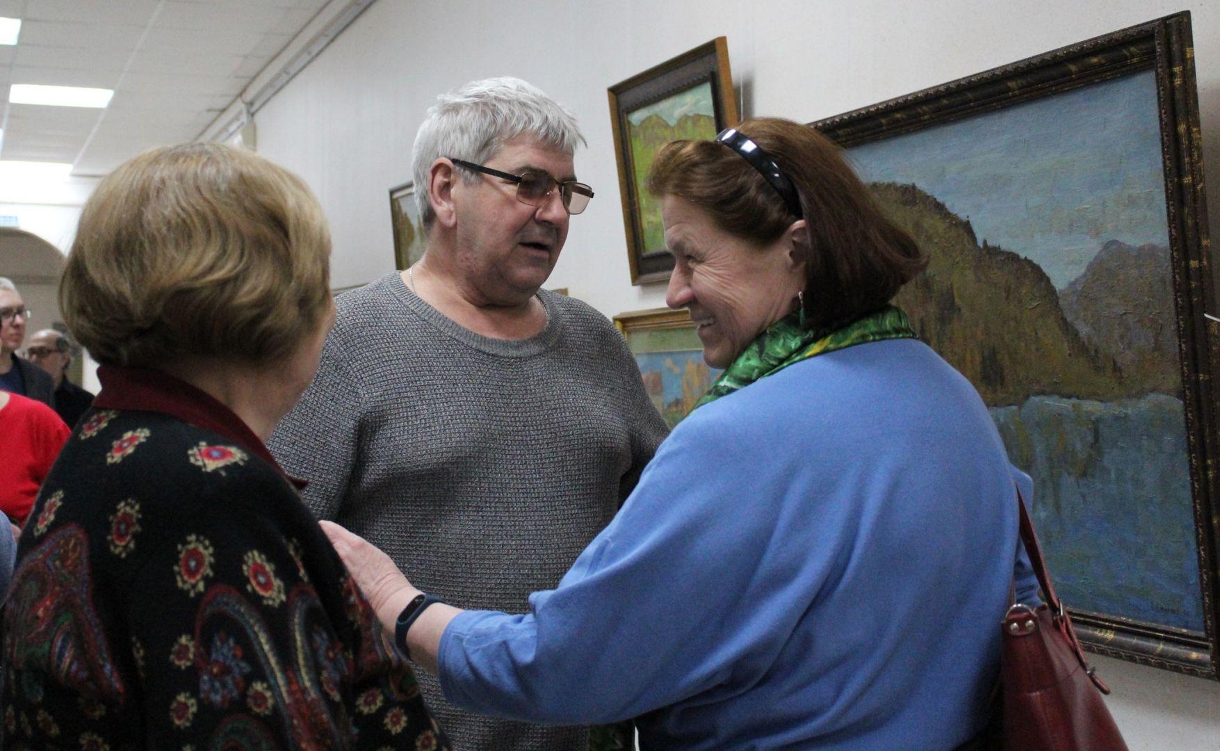 Гости На открытии выставки живописи Смирнова