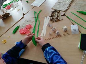 Участник студии создает открытку своим руками.