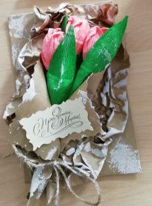 Открытка из крафт-бумаги. Три розовых тюльпана из гофрированной бумаги.