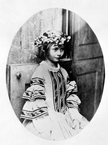 Фотография А. Лидделл в образе королевы мая, 1860 г.