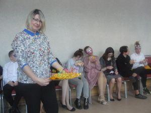 женщина с тарелкой апельсинов
