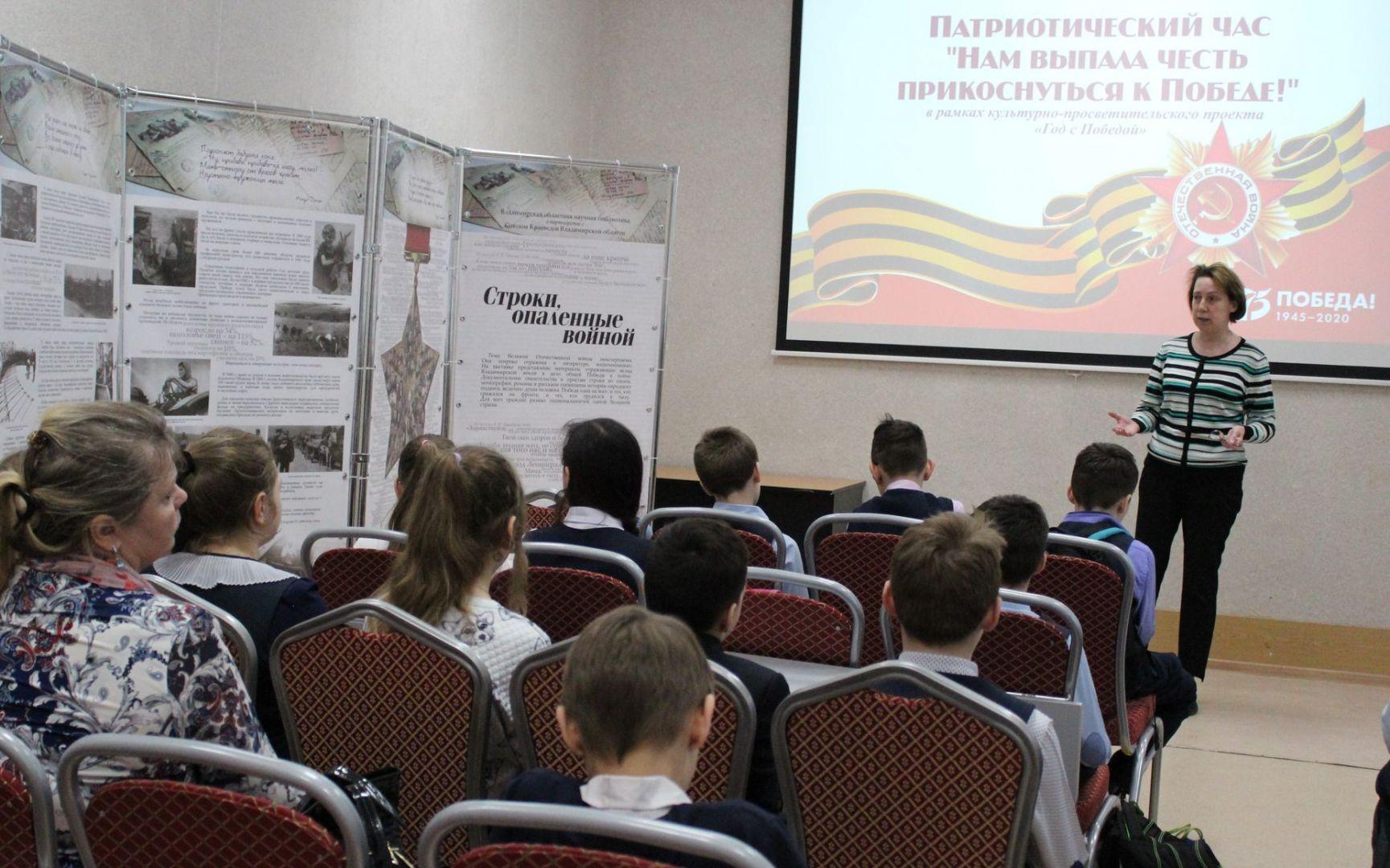 Ирина Мишина рассказывает о тематике планшетной выставки