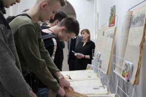 Ребята листают газеты военного времени
